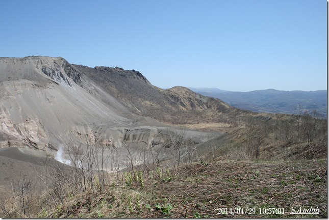『銀沼火口』と呼ばれている。40年前はのどかな沼と牧場があった